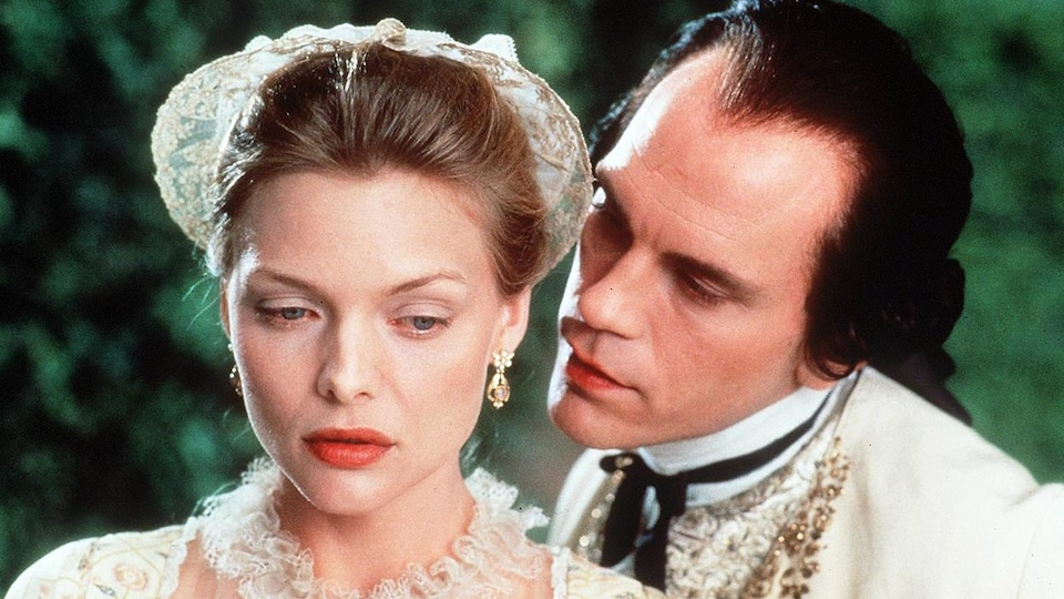 John Malkovich susurre à l'oreille de Michelle Pfeiffer dans Le film Les liaisons dangereuses (1988), de Stephen Frears.