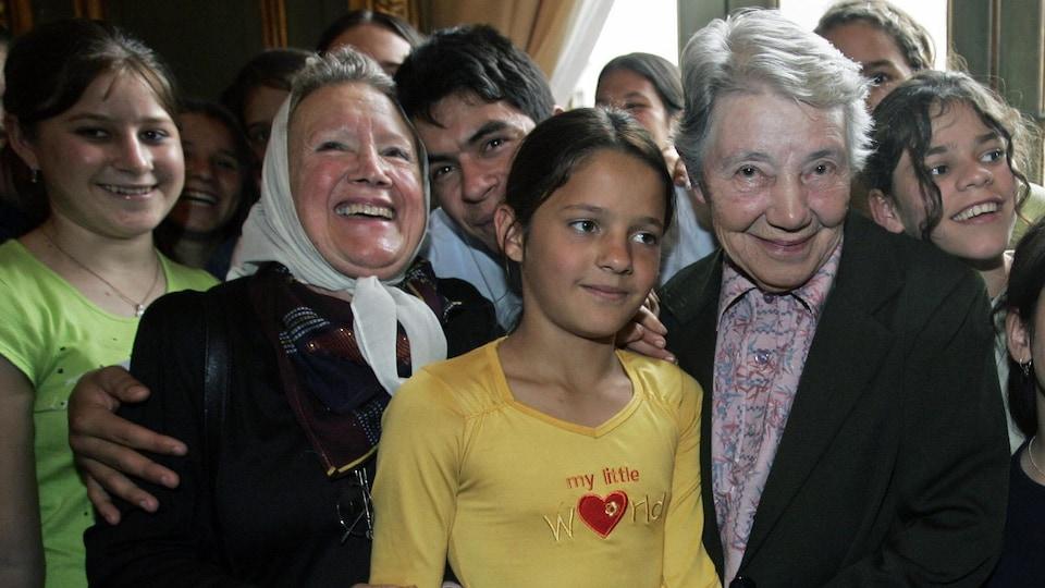 Yvonne Pierron con estudiantes argentinos.