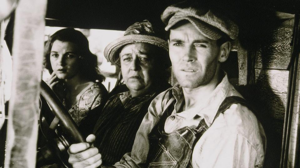 Scène du film tiré du roman <i>Les raisins de la colère</i>, avec Henry Fonda, Dorris Bowden et Jane Darwell.