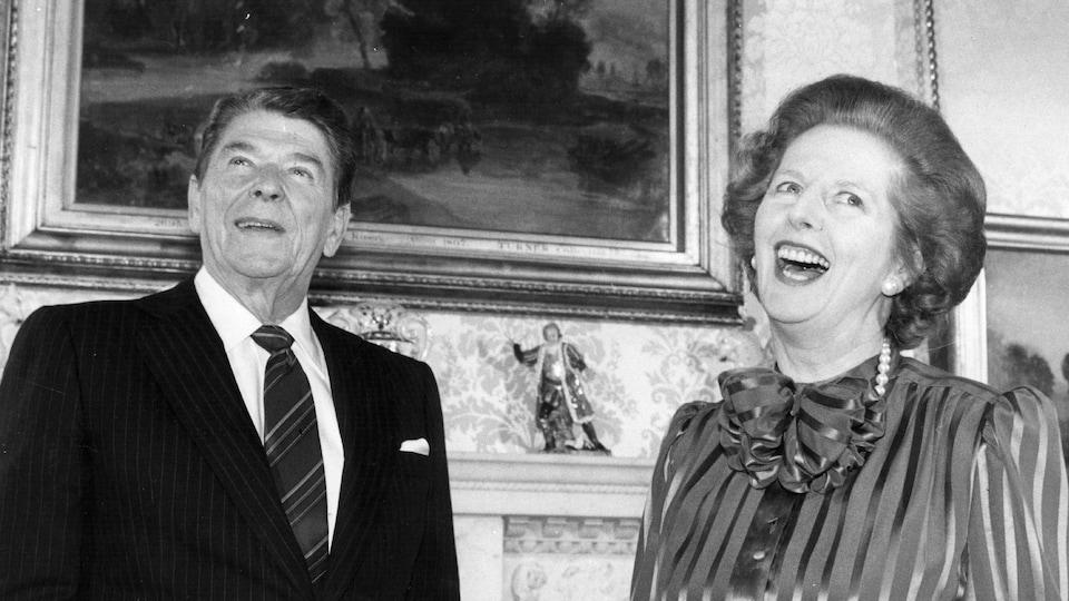 Ronald Reagan et Margaret Thatcher échangeant des blagues lors d'une visite du président américain à Londres en 1984.