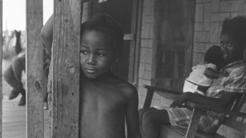 Photo d'archives montrant des enfants d'un quartier défavorisé du Mississippi en 1967.