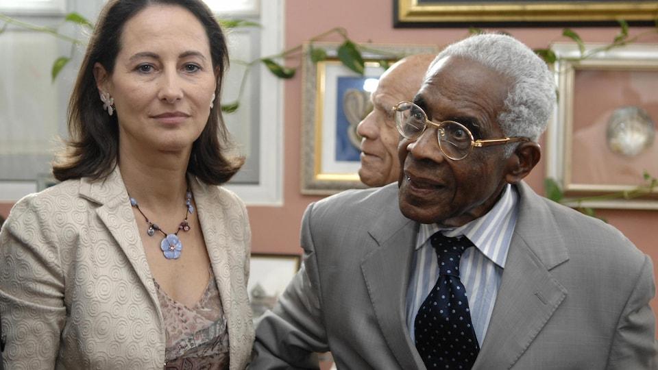 La politicienne Ségolène Royal et le poète et politicien Aimé Césaire en 2007.