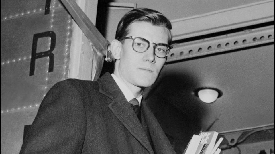 Le couturier Yves Saint-Laurent à Paris en 1957.