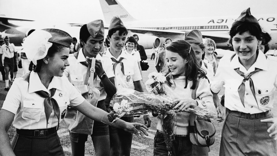 Samantha Smith est reçue par des jeunes Soviétiques à son arrivée en Crimée, en juillet 1983.