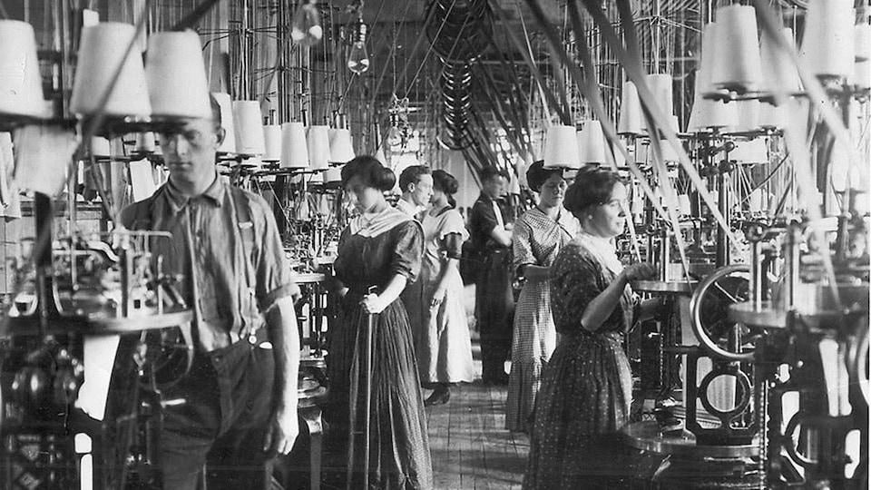 Des ouvriers et des ouvrières dans une usine de textile, à Toronto, vers 1908