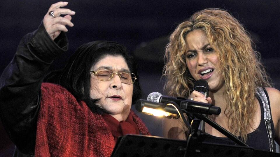 Mercedes Sosa sur scène avec Shakira, en 2008.