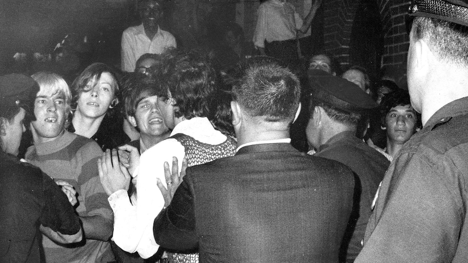 Une foule résiste à l'intervention de la police au club Stonewall Inn, le 27 juin 1969.