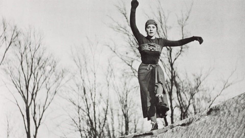 Françoise Sullivan dansant dans la neige.