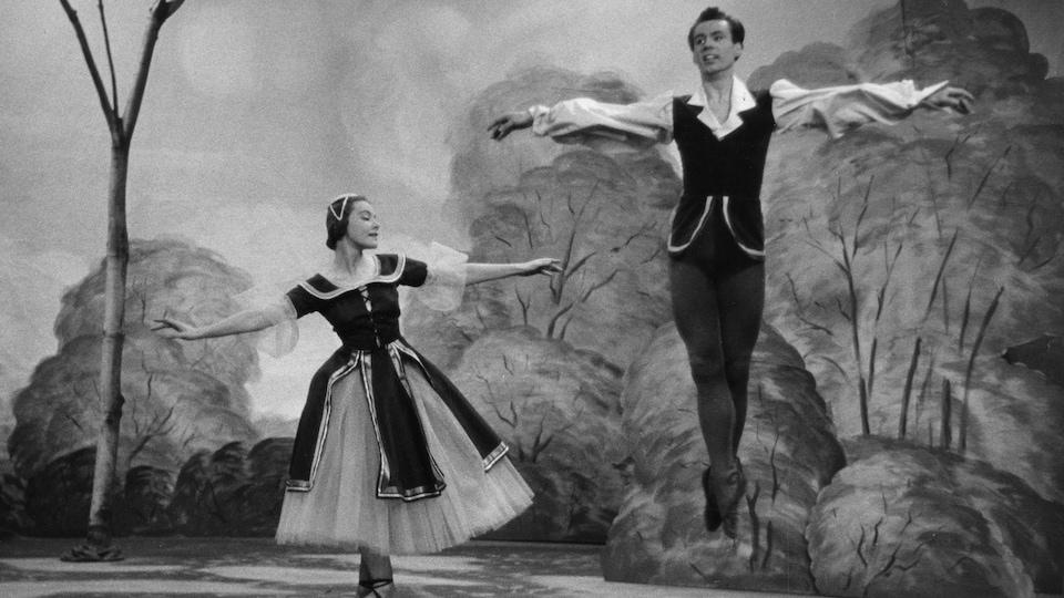 Françoise Sullivan et Eric Hyrst, costumés en cadets de la forêt, dansent à l'émission <i>L'heure du concert</i>, en 1954.