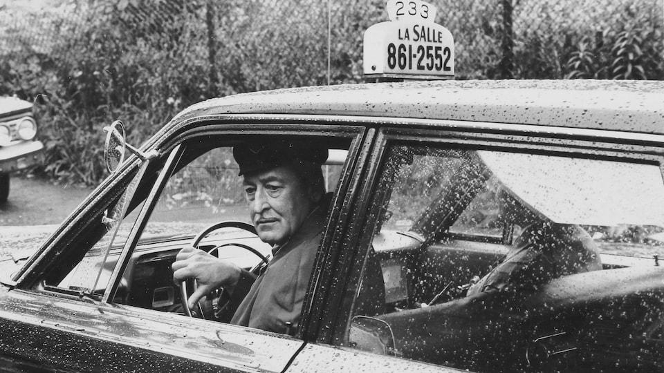 Photo d'archive d'un chauffeur de taxi à bord son véhicule en 1968.