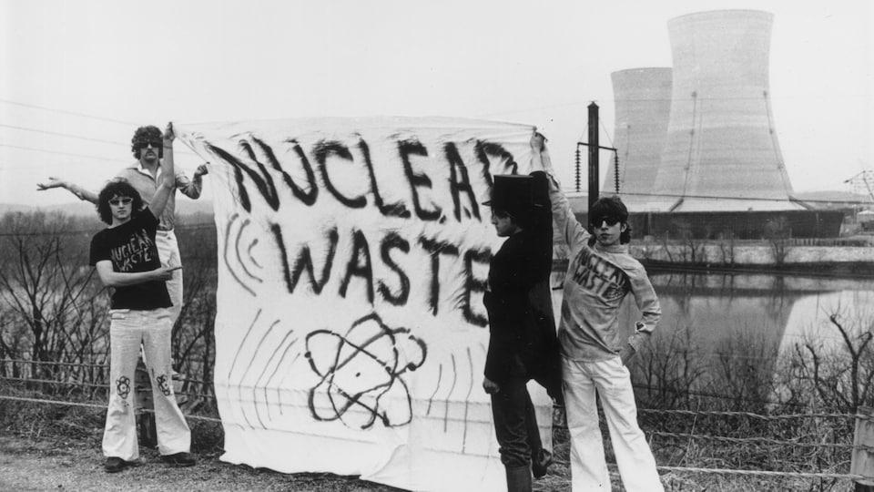 Quatre militants antinucléaire sur le site de la centrale de Three Mile Island en 1979.