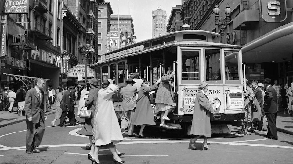 Des citadins montant dans un wagon de tramway en 1953.