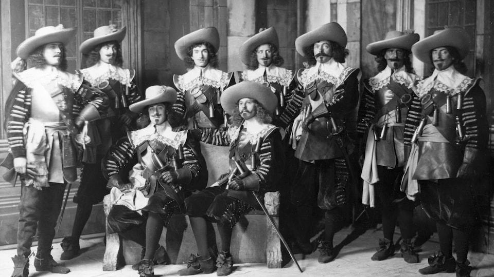 Photo de 1895 montrant les comédiens de la troupe de théâtre Sir Max Beerbohm's en costumes pour la pièce Les trois mousquetaires.
