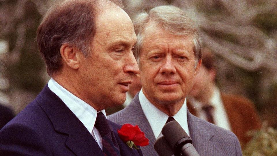 Le premier ministre canadien Pierre Elliott Trudeau et le président américain Jimmy Carter tiennent une conférence de presse sur la pelouse de la Maison-Blanche, le 3 mars 1977.