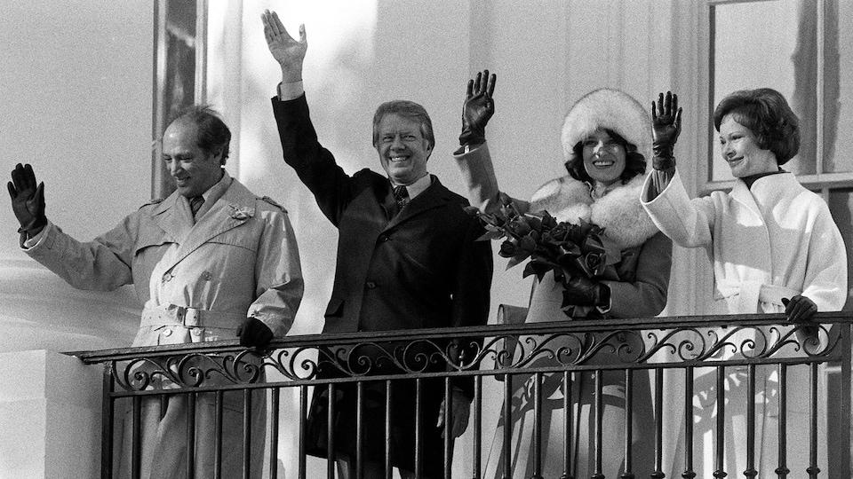 Pierre Eliott Trudeau, Jimmy Carter, Margaret Trudeau et Rosalynn Carter saluent la foule depuis le balcon de la Maison-Blanche, le 22 février 1977.