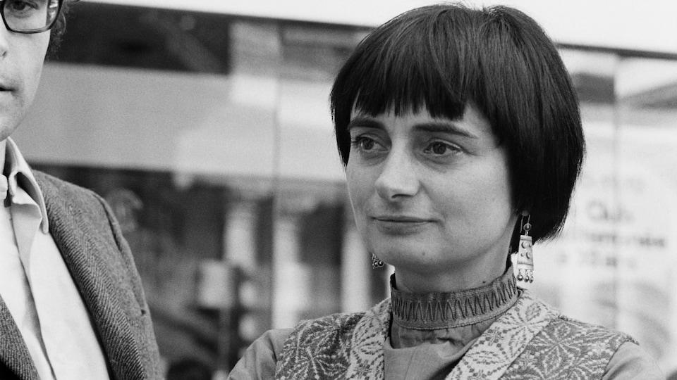 La cinéaste Agnès Varda en plan rapproché une photo en noir et blanc datant de 1970.