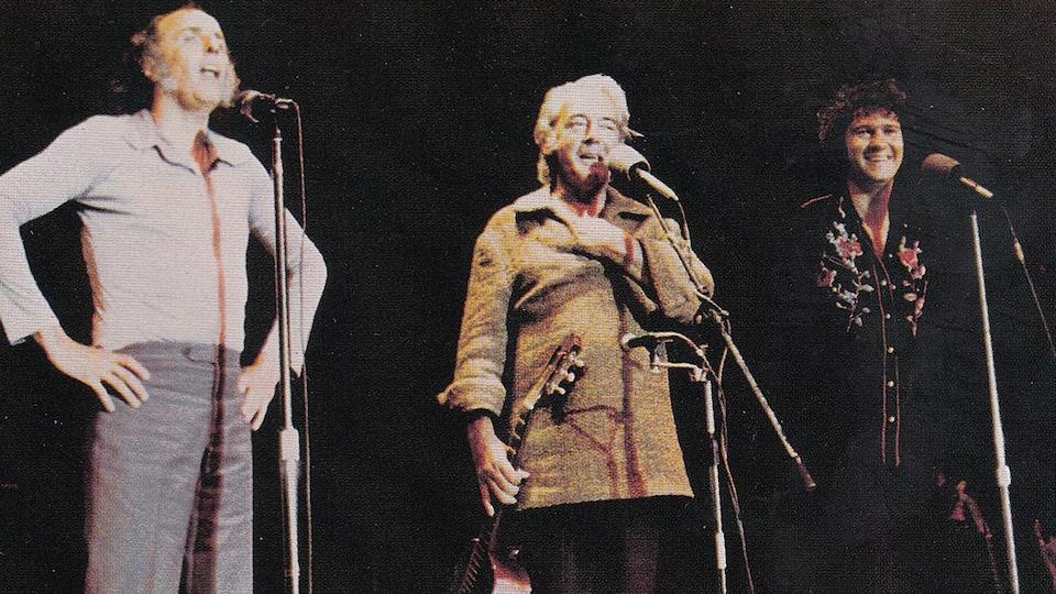 Gilles Vigneault, Félix Leclerc et Robert Charlebois sur scène lors du spectacle <i>J'ai vu le loup, le renard, le lion</i>.