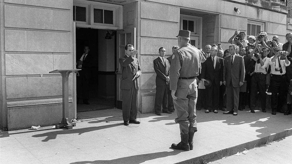 Photo de 1963 montrant le gouverneur de l'Alabama, George Wallace, posté devant l'entrée de l'Université d'Alabama en 1963 afin d'en bloquer l'entrée aux Noirs.