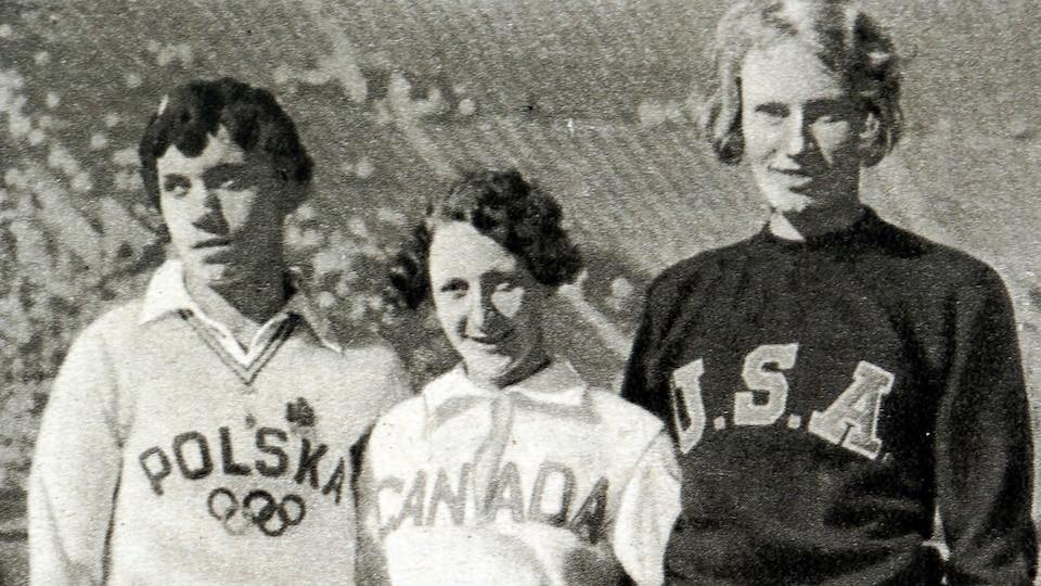 Les athlètes Stella Walsh, Hilda Strike et Wilhelmina von Bremen posent ensemble sur la piste des Jeux olympiques de Los Angeles, en 1932.