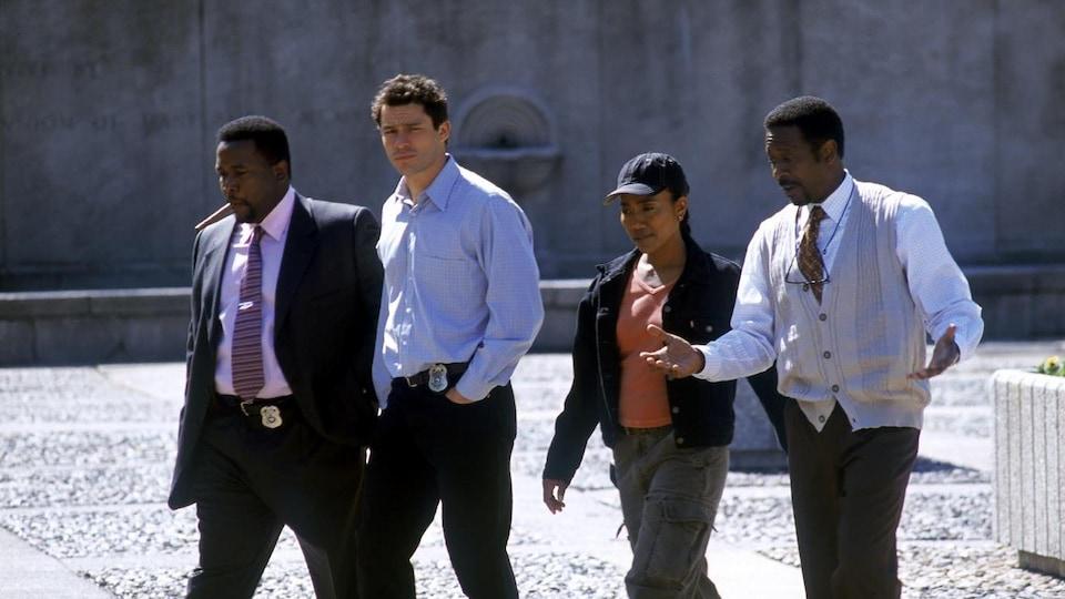 Quatre acteurs et actrice de la série <i>The Wire</i> marchent en discutant.