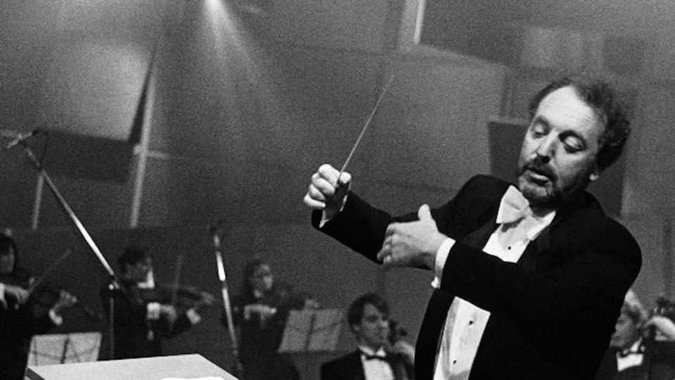 Photo en noir et blanc de Yuli Turovsky qui dirige un orchestre.