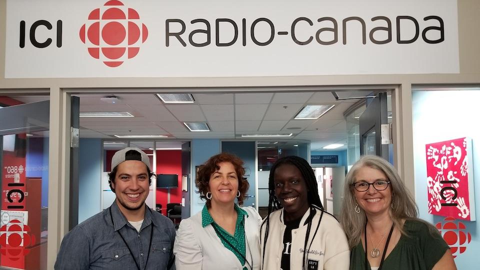 Pascal Justin Boyer, Heidi Pospisil, Stella Isaac et Lianne Doucet sont devant l'entrée de Radio-Canada, à Toronto.