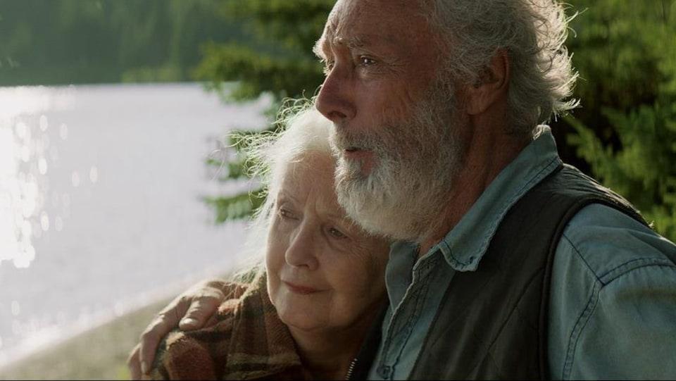 Le personnage de Gilbert Sicotte tient celui d'Andrée Lachapelle dans ses bras.
