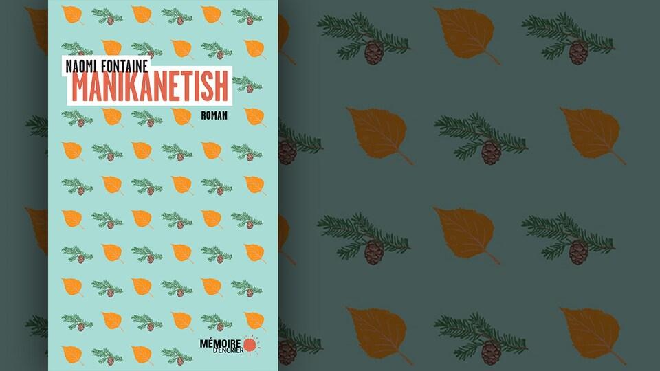 La couverture du livre «Manikanetish» de Naomi Fontaine : feuilles jaunes et petite branches de pin sur fond bleu clair.