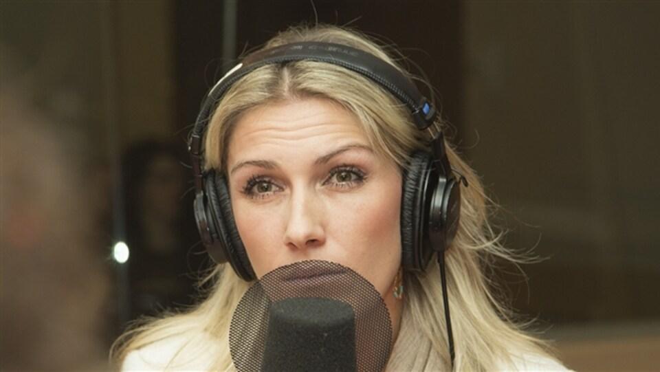 Ingrid Falaise en entrevue dans un studio de radio