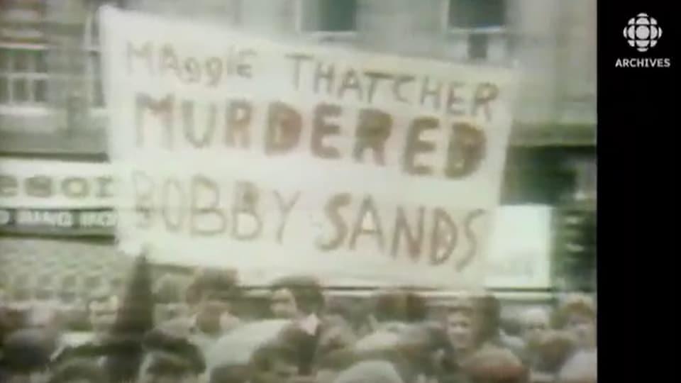 Manifestation en 1971 avec une banderole qui accuse la première ministre britannique Margaret Thatcher d'avoir assassiné Bobby Sands.