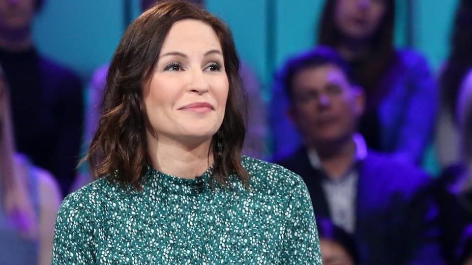 Isabelle Picard est à la table des invités sur le plateau de Tout le monde en parle.