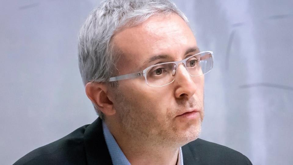 Il porte des lunettes.