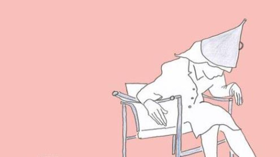 Couverture du livre où est dessinée une femme assise courbée sur une chaise et portant un chapeau pointu.