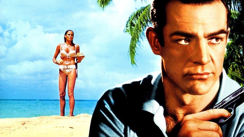 À l'avant-plan, James Bond (incarné par un jeune Sean Connery), tenant un revolver près de son épaule, et à l'arrière plan une jeune femme portant un bikini, sur une plage d'eau parfaitement turquoise.