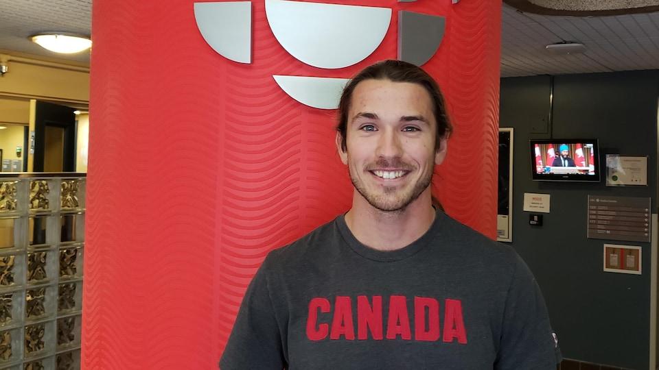 James Lavallée, Métis de Winnipeg et membre de l'équipe nationale junior de kayak se trouve à l'entrée principale de Radio-Canada Manitoba.