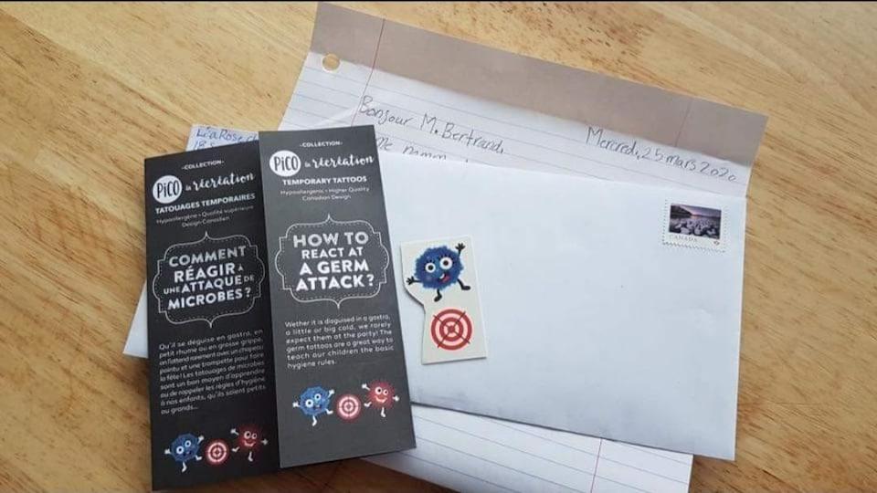 Une feuille, une enveloppe, un dépliant et un tatouage temporaire.