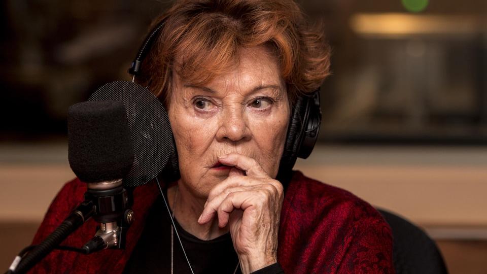Janette Bertrand devant un micro de radio.