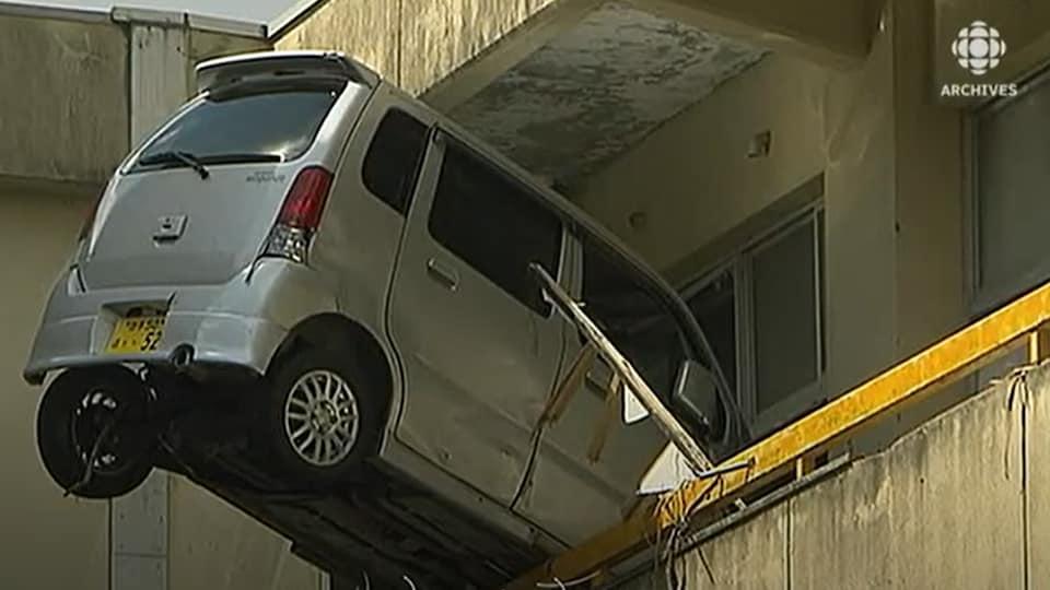 Une voiture s'est encastrée dans un immeuble poussée par la violence du tsunami du 11 mars 2011 au Japon.