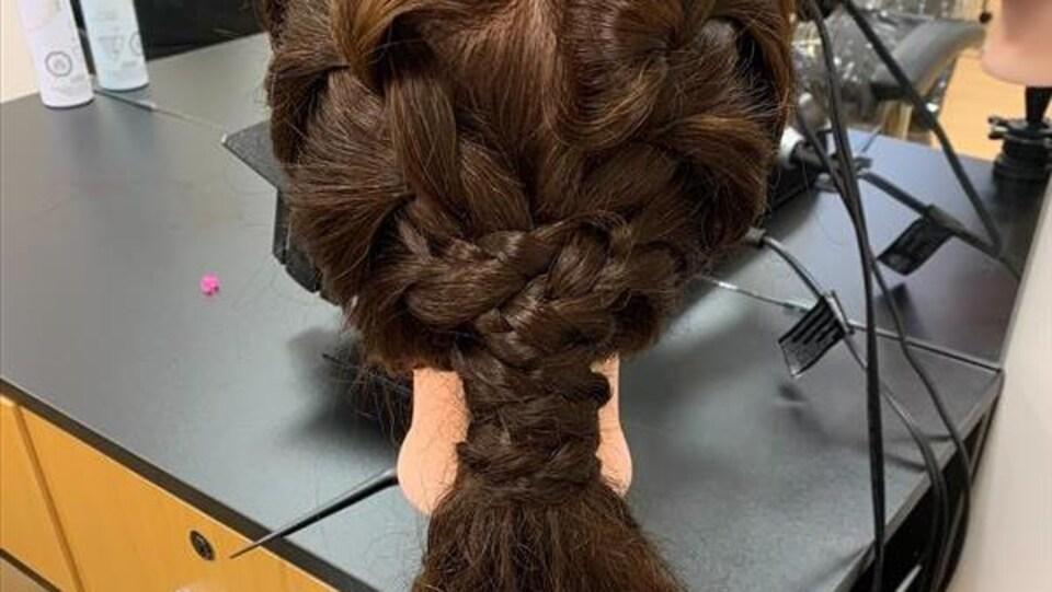 La tête d'un mannequin a les cheveux tressés.