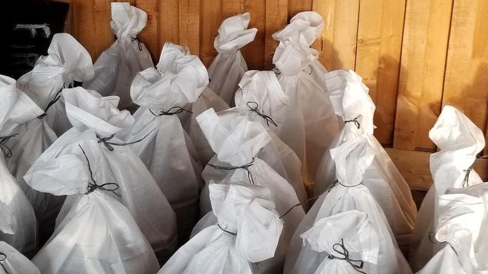 Une vingtaine de sacs remplis de compost de poisson.