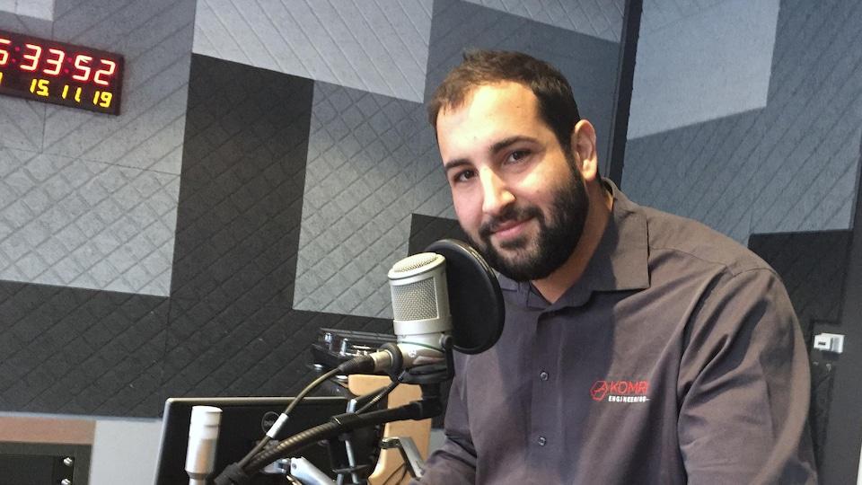 Karim Omri au microphone de l'émission Jonction 11-17