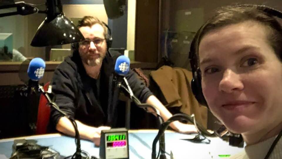Luc de Larochellière et Andrea Lindsay dans un studio de Radio-Canada à Montréal