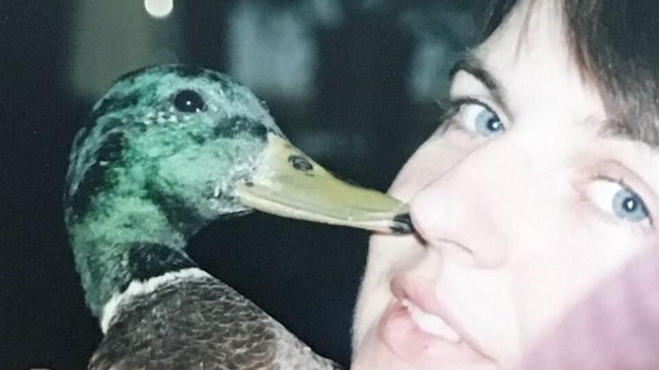 Elle pose avec le canard.