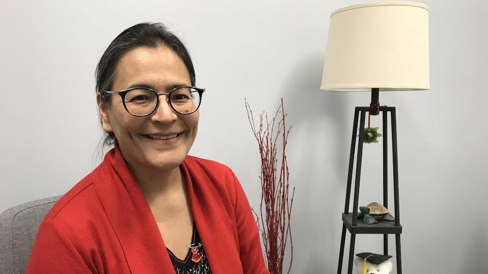 Michèle Audette est assise dans un bureau de l'Université Laurentienne.