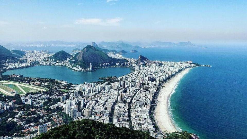 Vue de haut de ville à la gauche et de l'océan à la droite.