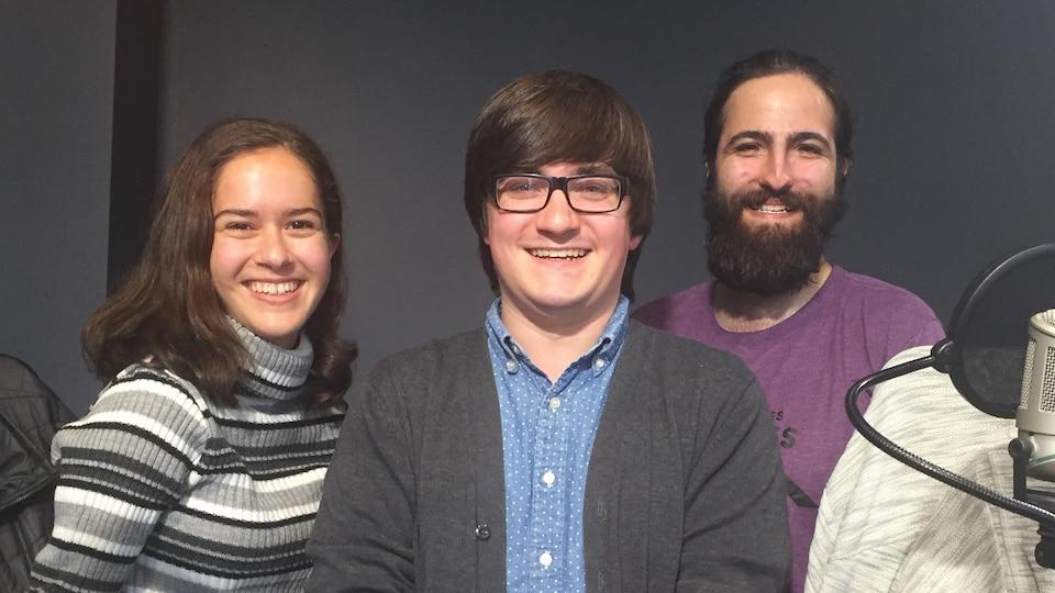 Inès Bagaoui, Alex Tétreault et Maël Bisson en studio à Radio-Canada Sudbury