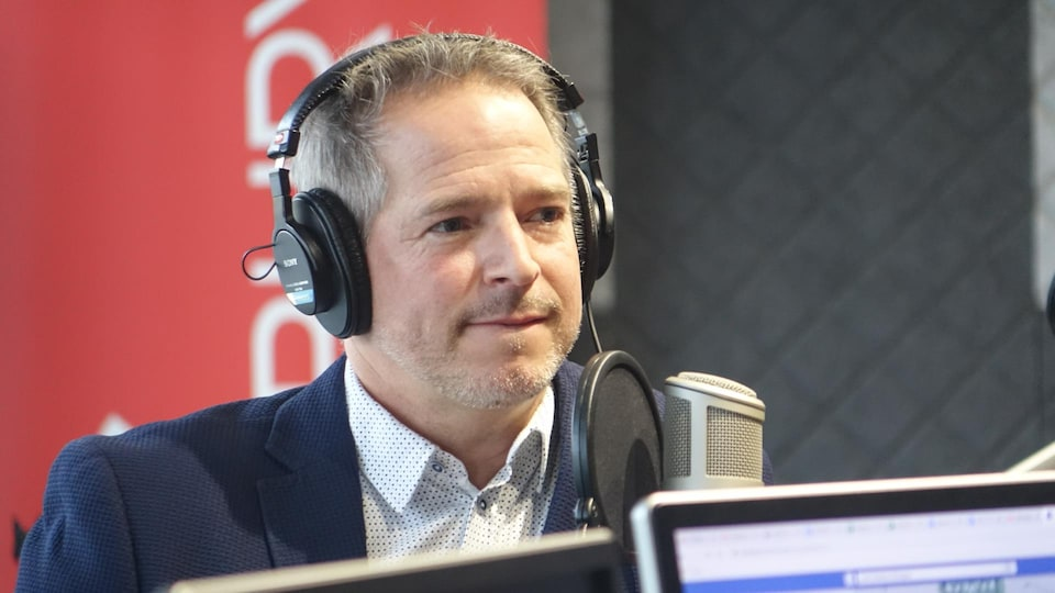 Patrice Dubreuil, en studio à Radio-Canada Sudbury