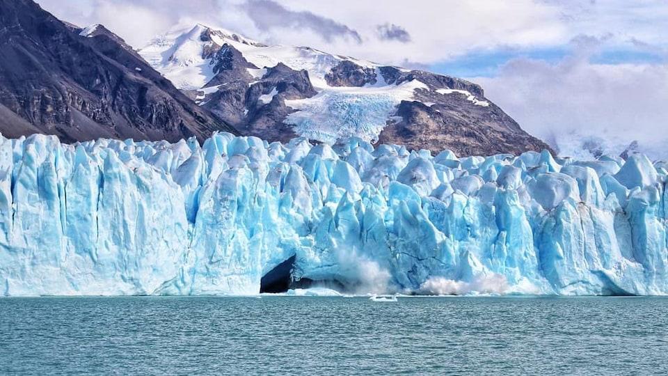 De grosses sections du glacier s'effondrent dans le lac.