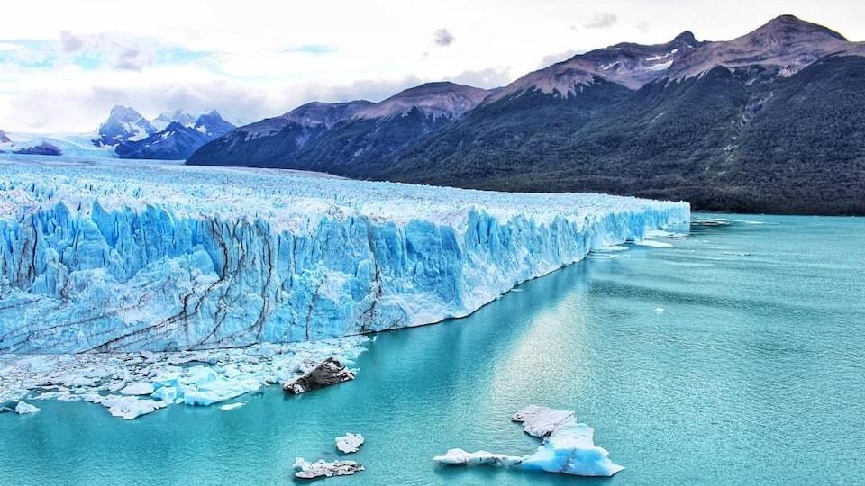 Le glacier Perito Moreno devant les montagnes.