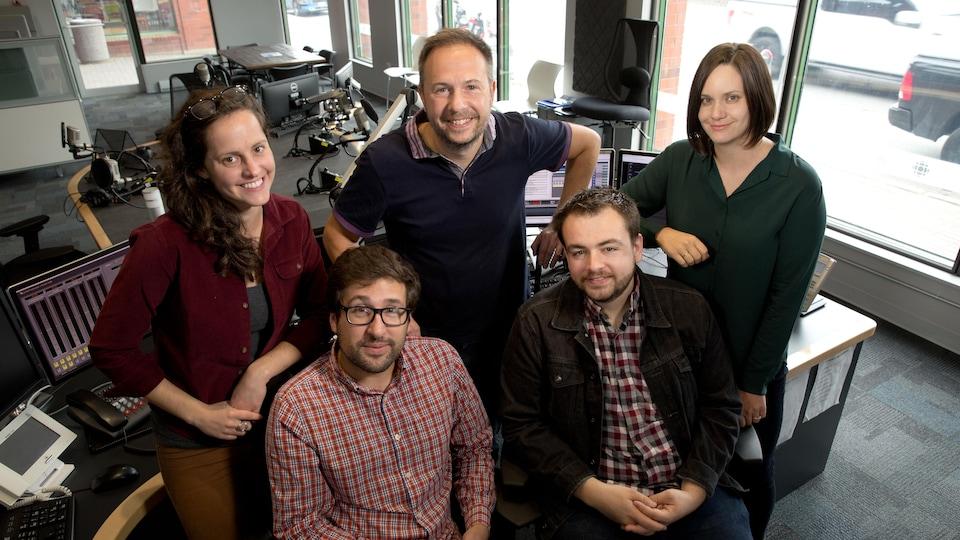 L'équipe posée dans le studio 1 de Radio-Canada Sudbury